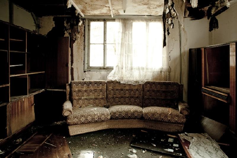 Blick in ein ausgebranntes Zimmer mit Sofa